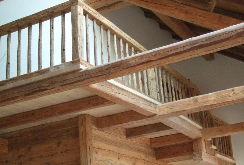 Holztreppen und Geländer